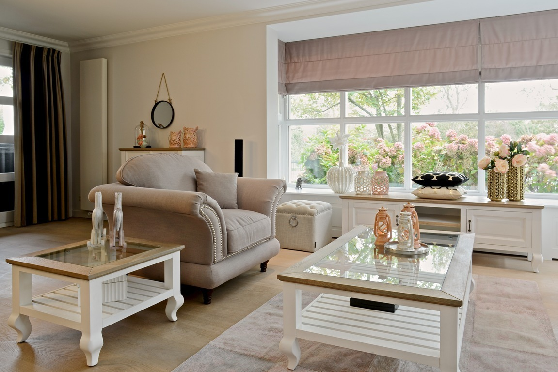 Salotto bianco e beige idee per il design della casa for Tavolino salotto moderno vetro design bianco ovale